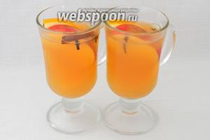 Для подачи тёплый яблочный сидр разливаем в стаканы, апельсин нарезаем дольками и добавляем туда же. Так же можно добавить дольки яблока и бадьян. Вкусной и тёплой осени вам!