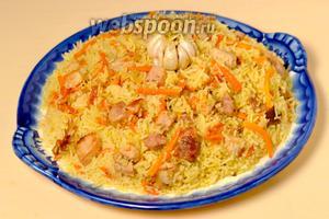 Готовый плов перемешиваем, выкладываем на плоское блюдо и подаём с салатом из свежих овощей и зеленью.