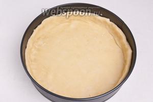 Тесто разделить на две половинки (одна часть должна быть больше другой). Большую часть раскатать в тонкий круг и переложить в смазанную маслом форму/сковороду так, чтобы накрыло дно и бока.