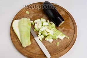 Нарезать кубиками баклажан и кабачок, подсолить и оставить на 10 мин, чтобы овощи пустили сок. А затем слить сок и промокнуть овощи бумажным полотенцем.