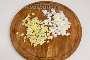 Нарезать перец и лук кубиками.