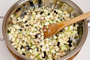 Обжарить в сковороде на оливковом масле овощи пока они не станут мягкими и охладить.