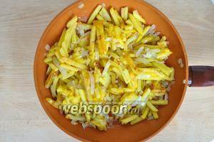 Добавить лук черный перец и соль, обжарить 3 минуты.