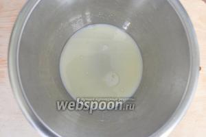 В молоке растворить сахар и влить масло.