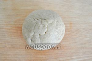 Добавить сухие ингредиенты и завести крутое тесто, если тесто не будет собираться в комок, вливайте по 1 ложке молока или воды, это зависит от свойств муки, которую используем.