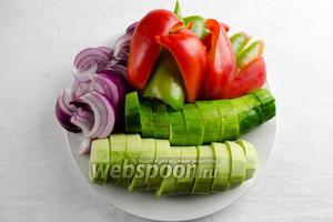 Овощи вымыть. Лук и перец почистить. Нарезать крупными дольками.