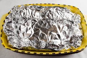 Закрыть блюдо фольгой. Поставить в горячую духовку. Запекать рыбу в течение 15 минут под фольгой и 15 минут без фольги (до румяной корочки) при температуре 190 °C.