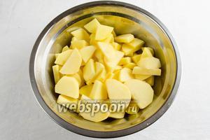 Картофель помыть. Очистить. Нарезать дольками или брусками.