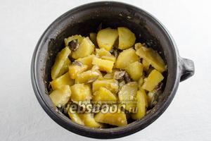 Готовое жаркое достать из духовки. Разложить на  тарелки. Подавать с квашеными овощами.