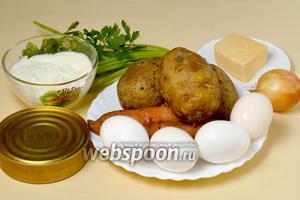 Для приготовления салата нам будут нужны шпроты, варёные картофель, морковь и яйца, репчатый лук, сыр, майонез, немного зелёного лука и веточка петрушки.