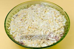 Оставшиеся яйца натираем на тёрке и, заправив майонезом, кладём в салатник.