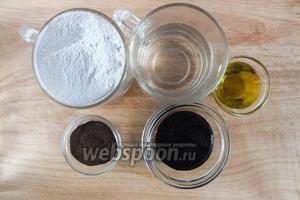 Подготовьте ингредиенты для основного теста: мука ржаная обойная, ржаной солод, патоку (можно взять гречишный мёд), оливковое масло, соль, ещё немного воды .