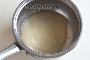 Пока пеклись трубочки, можно было приступать к приготовлению крема. Для сиропа соедините сахар и воду. Следите, чтобы сахар не попал на боковые стенки кастрюли.