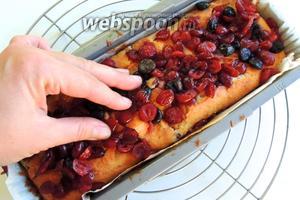 Вынимаем и на горячий кекс выкладываем оставшиеся ягоды, придавливаем их руками. Остудим.
