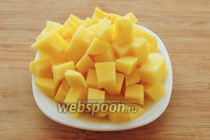 Картофель нарежьте кубиками покрупнее.