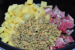Отключите режим «жарка» и положите в чашу мультиварки остальные ингредиенты супа: картофель, свинину нарезанную на кусочки и промытую чечевицу.