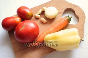 Для приготовления нам понадобится: помидоры, морковь, перец сладкий, лук, чеснок, зелень, специи (приправа для моркови по-корейски или перец чёрный молотый), растительное масло нерафинированное, сахар, соль, уксус.