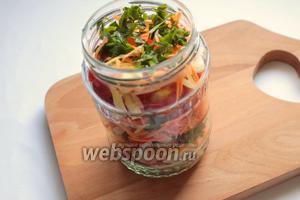Уложить овощи слоями: помидор, перец, лук, морковь и зелень. Слои повторять, пока не закончатся овощи. Залить маринадом.