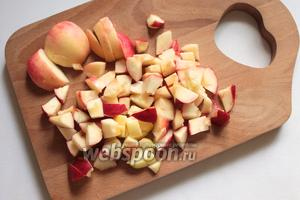 Приготовить начинку: яблоки помыть, очистить от сердцевины, порезать.