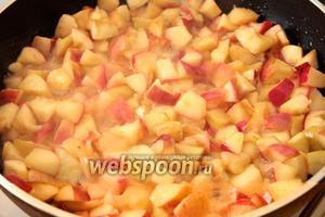 Яблоки потушить на рафинированном подсолнечном масле без добавления воды, когда станут мягкие добавить сахар и дать остыть.