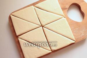 Каждый пласт теста разрезать на 4 квадрата, затем каждый квадрат на 2 треугольника.