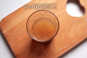 Залить желатин 50 мл кипяченной охлажденной воды, оставить на 30 минут.