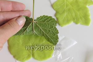 Надавливаем хорошо тыльной стороной листа смородины на марципановый лист. Получается естественный рисунок.
