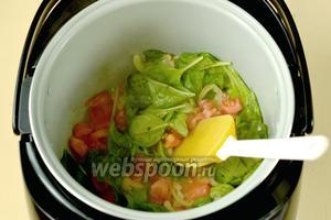 Добавляем шпинат и нарезанные небольшими кусочками, очищенные от кожицы помидоры, всыпаем ложечку сахара, перемешиваем и даём размягчиться.