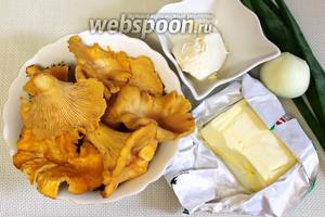 Для приготовления блюда нужно взять свежие лисички, сливки густые деревенские, сливочное масло, репчатый лук, соль.