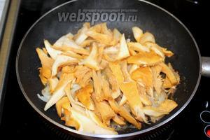 Обжарить до прозрачности в масле нарезанный лук, добавить грибы.