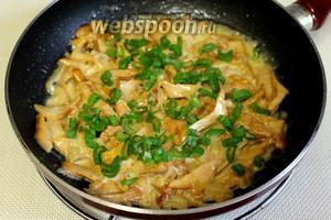 Готовые грибы слегка присыпать мелко нарезанным зелёным луком. Очень вкусно подавать в горячем виде с картофельным пюре.
