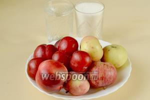 Для приготовления компота нам нужны яблоки, нектарины, сливы, сахар и вода.