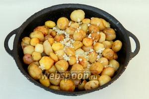 В полуготовый картофель добавляем чеснок, соль, перец и продолжаем жарить ещё 15 минут, не забывая помешивать.
