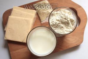 Для приготовления булочек понадобится молоко, сахар, соль, дрожжи, растительное масло, мука, кунжут, плавленый сыр и желток для смазки булочек.