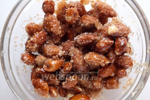 Быстро переложите орехи со сковороды в смесь сахара и корицы и так же быстро перемешайте. Если вы используете яичный белок, то его нужно взбить и добавить в самом конце именно на этой стадии.