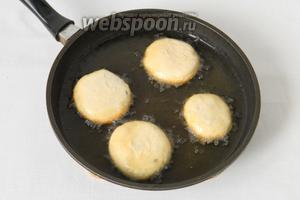 В сковороду выливаем большую часть растительного масла и хорошо нагреваем его. Масло не должно кипеть. Вниз отверстием выкладываем перемечи, они должны быть погружены в масло до половины, и жарим 2-3 минуты, до золотистого цвета.
