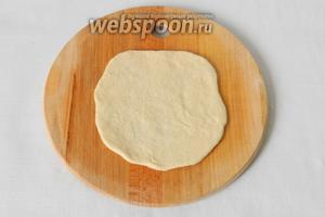 Сначала тесто скатываем в шарик, затем раскатываем очень тонко лепёшку.