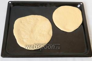 Противень для выпечки смазываем маслом и выкладываем лепёшки. Накрываем льняной салфеткой и оставляем на 20 минут.