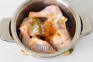 В то же время курицу делим на 4 части, складываем в кастрюлю, добавляем приправы и заливаем водой.