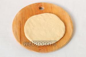 Руками расплескиваем или раскатываем скалкой лепёшки до 1 см толщиной.