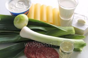 Подготовим ингредиенты: каннеллони — 16 штук, сыр рикотта, мягкий сливочный сыр, сливки жирностью 35%, чеснок, лук, лук-порей, салями, вино.