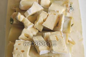 Сверху выкладываем нарезанный на кусочки мягкий сливочный сыр. Выпекаем в заранее разогретой духовке при 200°С около 25 минут.