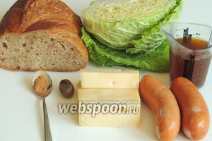 Подготовим ингредиенты: хлеб, капусту, говяжий бульон, сардели, сыр, мускатный орех и корицу.
