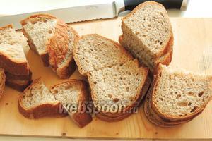 Хлеб режем поперёк длины и затем на 2 части.