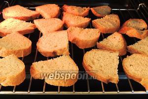Выкладываем хлеб на решётку в духовом шкафу и сардели на противне. Подсушиваем в заранее разогретой духовке при 180°С около 10 минут. Вынимаем.