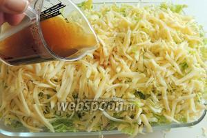 Трём сыр и распределяем сверху капусты. Заливаем бульоном.