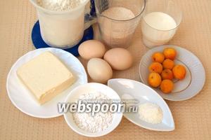 Для приготовления кексов нам понадобятся яйца, мука, сахар, молоко, сливочное масло, порошок пудинга, разрыхлитель, ванильный сахар и абрикосы.