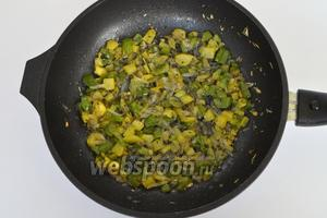 Обжарим овощи на масле, добавим сухие травы и соль по вкусу. Не следует сильно томить овощи. Когда перепела будут запекаться в духовке, овощи дадут дополнительный сок и наши птички будут сочными.