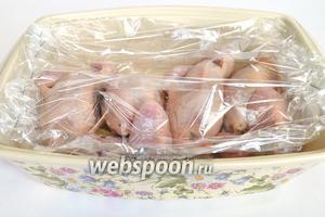 Выкладываем птичек в пакет для запекания, закрываем степлером края, и кладём в жаропрочную форму. Отправляем в духовку на 35 минут при 210°C.