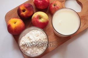 Для приготовления оладий потребуются: молоко, соль, сахар, дрожжи, мука, яблоки, персики и растительное масло рафинированное.